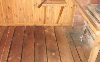 Слив воды в бане с деревянными полами