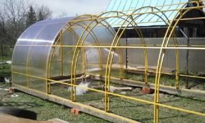 Как закрепить теплицу из поликарбоната к земле